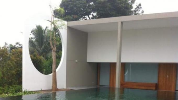 Sudut kolam renang di vila mewah milik Nurhadi, Sekretaris MA yang kini jadi buron KPK di kawasan Puncak, Jawa Barat.