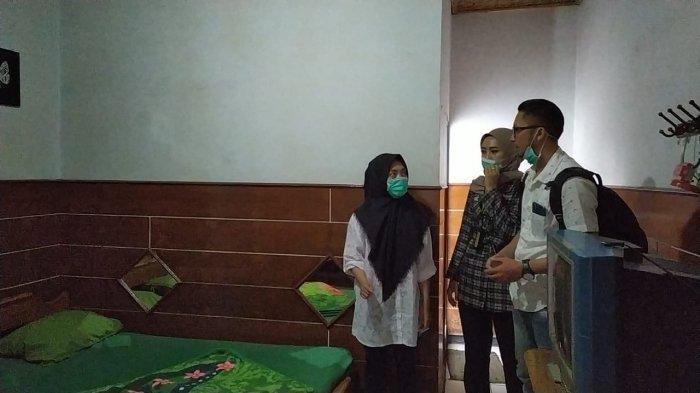 Tersangka V (paling kiri) menunjukkan kamar hotel tempat satu adegan video Vina Garut diambil di kawasan Cipanas, Kecamatan Tarogong Kaler, Kamis (22/8/2019)