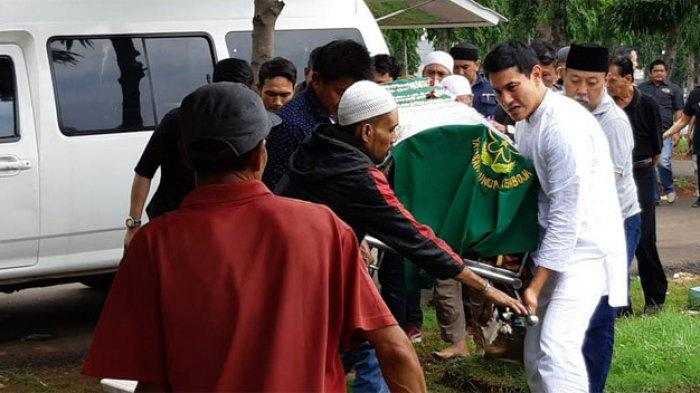 Vino G Bastian membawa keranda jenazah sang ibunda, Herna Deibby di TPU Malaka Tanah Merah, Jakarta Timur, Selasa (7/1/2020).