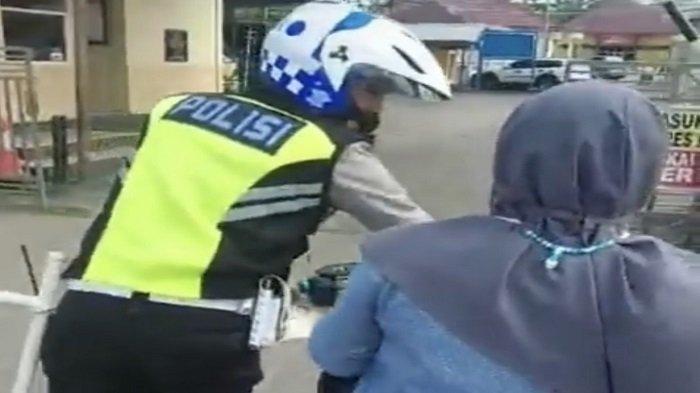 Aksi Emak-emak Enggan Turun Dari Sepeda Motor Saat Ditilang Polisi Viral, Kejadiannya di Muba
