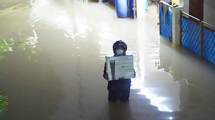 VIRAL Foto Seorang Pria Rela Terjang Banjir Demi Menjemput PS 5, Berikut Kisahnya