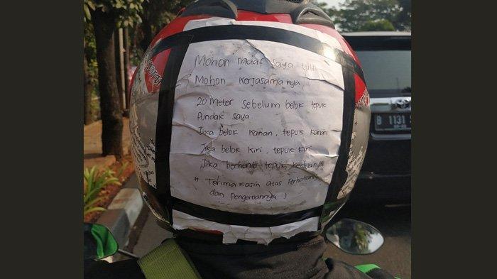 Viral Driver Ojol Tunarungu Pasang Tulisan Petunjuk & Permohonan Maaf di Helm, Penumpang Salut
