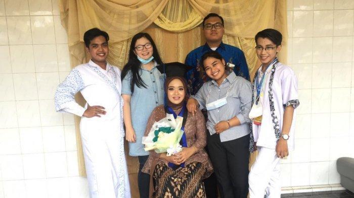Nano bersama teman-temannya saat merayakan wisuda sahabatnya yang bernama Dinda dengan tema pernikahan adat jawa.