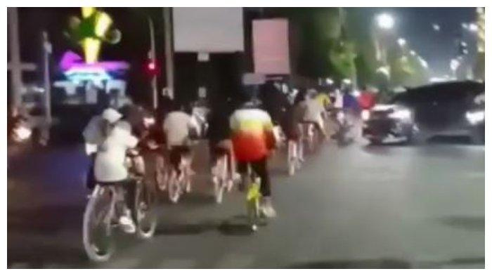 VIRAL Rombongan Sepeda Terobos Lampu Merah di Tegal Sambil Bunyikan Bel dan Bersorak