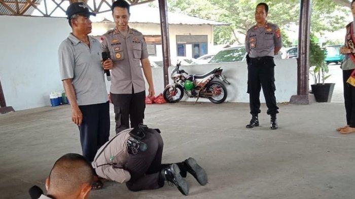 Kisah Inspiratif Dibalik Viralnya Foto Polisi yang Cium Kaki Penjual Sate Keliling di Kota Palu