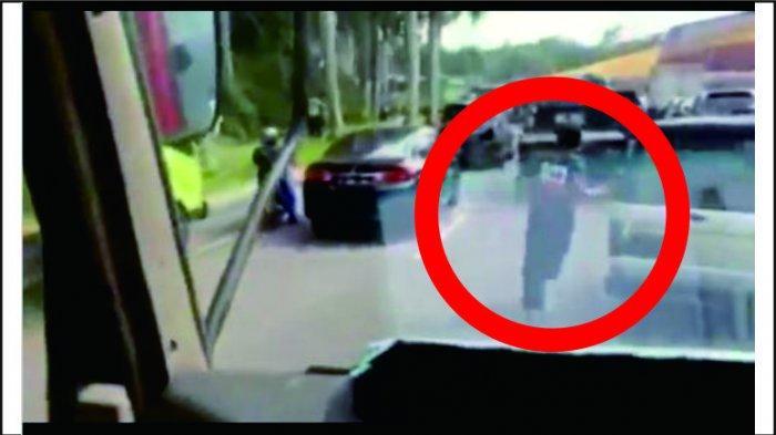 Viral Video Seorang Pria Berlari di Kemacetan Demi Buka Jalan untuk Pemadam Kebakaran, Ini Faktanya