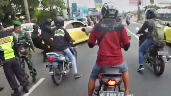 Tangkap layar video yang memperlihatkan mobil berplat B tabrak polisi hingga terpental.