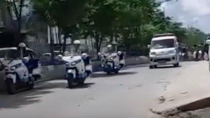 Sirine Ambulans Meraung, Mobil Konvoi Jokowi Menepi