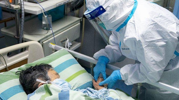 ILUSTRASI (Seorang perawat memegang tangan pasien di Rumah Sakit Zhongnan, Universitas Wuhan untuk menenangkannya)