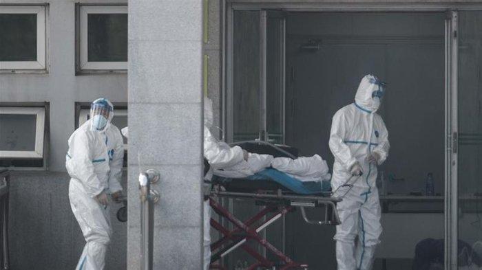 ILUSTRASI Staf kesehatan membawa seorang pasien ke dalam rumah sakit Jinyintan - Hingga Jumat (24/1/2020) siang waktu setempat, 26 orang di China meninggal akibat virus corona.