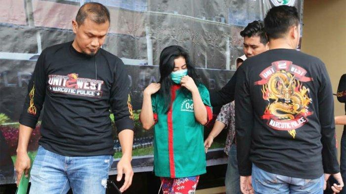 Satuan Reserse Narkoba Polres Metro Jakarta Barat menggelar jumpa pers terkait penangkapan model panas dan selebritas Vitalia Vitalia Sesha (Vs) atas dugaan kepemilikan dan penyalahgunaan narkotika.