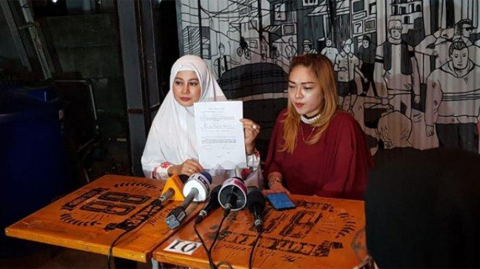 Vivi Paris saat mengumumkan keinginannya untuk bercerai dengan Sandy Tumiwa di kawasan Kuningan Jakarta Selatan, Rabu (31/7/2019)