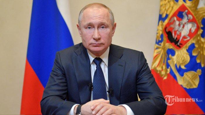 Presiden Rusia Vladimir Putin berpidato di negara tersebut terkait wabah koronavirus di kediaman Novo-Ogaryovo di luar Moskow pada 25 Maret 2020.