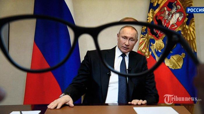 Seorang wanita menonton siaran langsung pidato Presiden Rusia Vladimir Putin kepada bangsa tersebut atas wabah koronavirus, di Moskow pada 25 Maret 2020. (AFP/Kirill KUDRYAVTSEV/AFP)