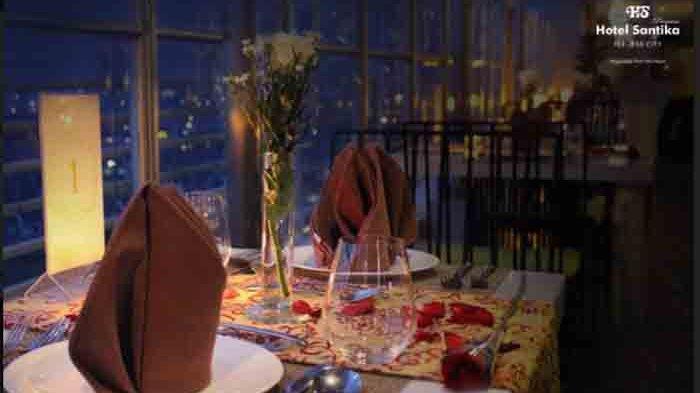 """Sky Lounge 15 , Restoran yang berada di lantai 15 Hotel Santika Premiere ICE-BSD City ini menawarkan paket dinner dengan tema """"Love is in the Sky""""."""