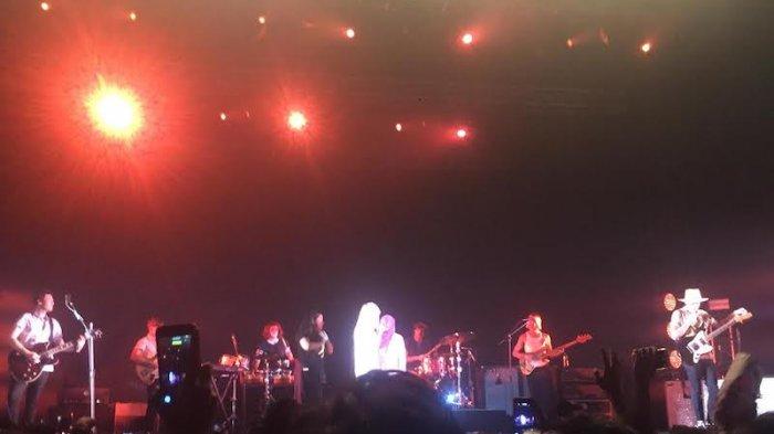 Vokalis Paramore Peluk Fans Berhijab di Atas Panggung
