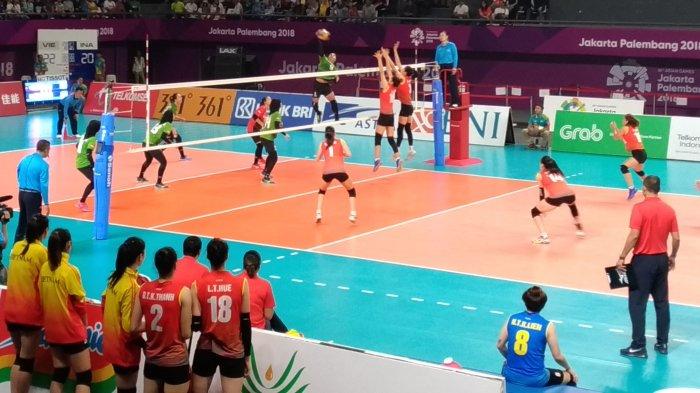 Tim bola voli putri Indonesia menunjukan semangat pantang menyerahnya saat menghadapi Vietnam dalam pertandingan perebutan peringkat kelima yang berlangsung di Tennis Indoor, Gelora Bung Karno Senayan, Jakarta, Jumat (31/8) pagi.