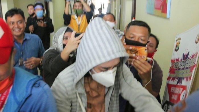 Artis VS mendapat pengawalan ketat saat diperiksa di Polresta Bandar Lampung, Rabu (29/7/2020). (Tribunlampung.co.id/Deni Saputra) (Tribunlampung.co.id/Deni Saputra)