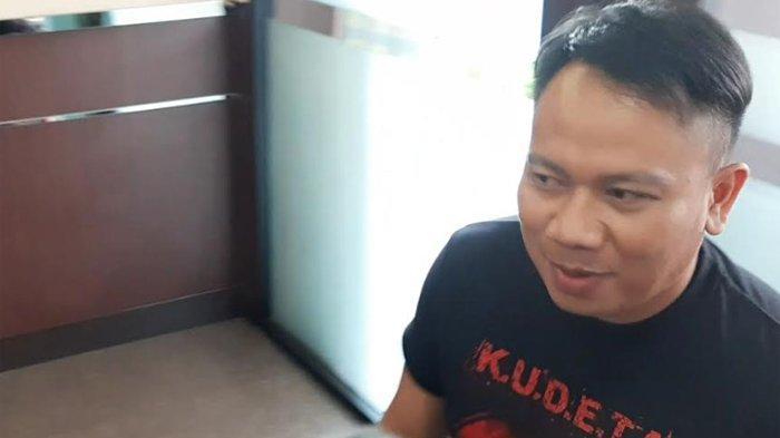 Vicky Prasetyo yang mengenakan kaos hitam bertuliskan KUDETA, tiba di Polres Metro Jakarta Selatan, Kebayoran Baru, Jakarta Selatan, Senin (9/12/2019) pukul 14.30 WIB.