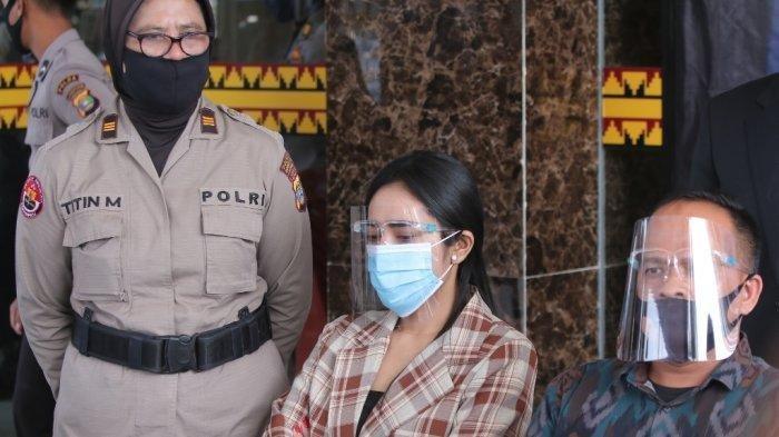 Artis Vernita Syabilla (blazer cokelat) dihadirkan dalam konferensi pers kasus dugaan prostitusi online di Mapolresta Bandar Lampung, Kamis (30/7/2020).