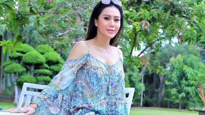 Bintang Film Televisi (FTV) Vicky Zainal digugat cerai oleh suaminya, Mulyawan Poernomo. Masalah anak jadi pemicu perceraian.