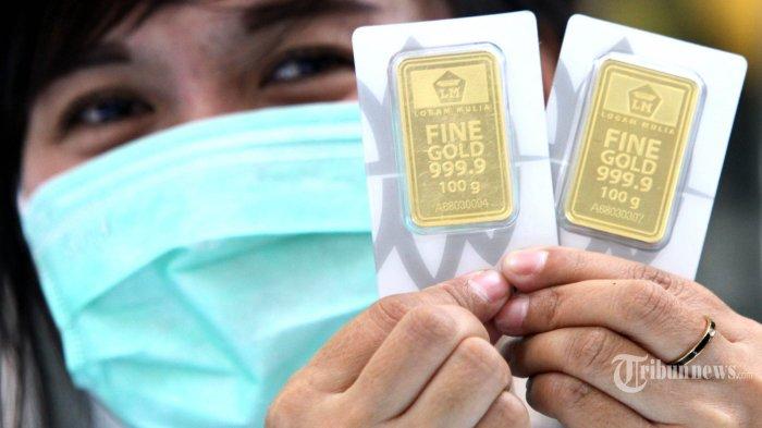 Seorang pelayan memperlihatkan emas batangan atau logam mulia di Toko Emas Buana, Jalan Jenderal Ahmad Yani, Kota Bandung, Jumat (20/3/2020). Harga logam mulia milik PT Aneka Tambang (Antam) di toko emas ini pada Jumat, 20 Maret 2020 turun Rp 20.000 menjadi Rp 780.000 per gram. Dampak virus corona (Covid-19) tidak berpengaruh besar terhadap harga emas batangan karena harganya setiap hari naik turun, namun di toko emas ini justru berdampak pada omset penjualan yang melorot hingga 50 persen. TRIBUN JABAR/GANI KURNIAWAN