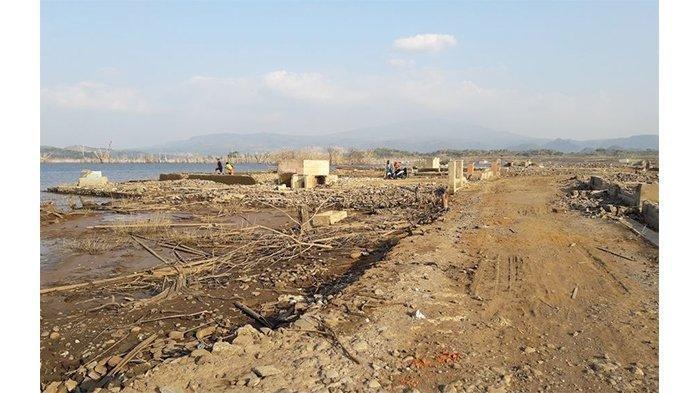 Puing-puing Pemukiman Cipaku Kembali Terlihat saat Waduk Jatigede Surut