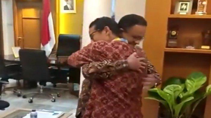 Beredar video Anies peluk Sandi di Balai Kota DKI Jakarta malam ini, Kamis (9/8/2018)