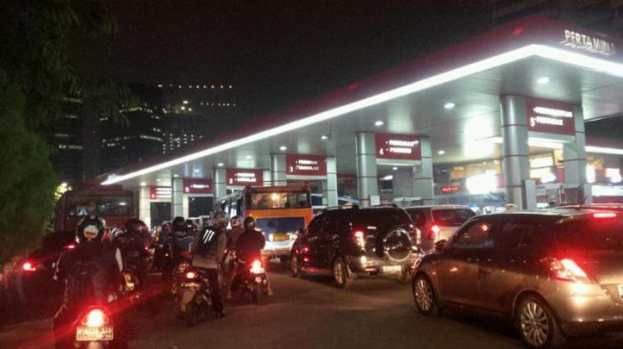 Antrean Kendaraan di SPBU Macetkan Jl Gatot Subroto