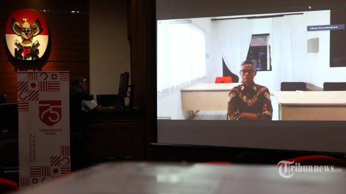 Proyektor memancarkan gambar sidang putusan kasus suap penetapan Pergantian Antar Waktu (PAW) anggota DPR RI 2019-2024 secara virtual dengan terdakwa mantan komisioner KPU RI Wahyu Setiawan di gedung KPK, Jakarta, Senin (24/8/2020). Wahyu Setiawan divonis 6 tahun penjara dan denda Rp 150 juta subsider 4 bulan kurungan karena terbukti bersalah menerima suap penetapan pergantian antar waktu anggota DPR RI periode 2019-2024.
