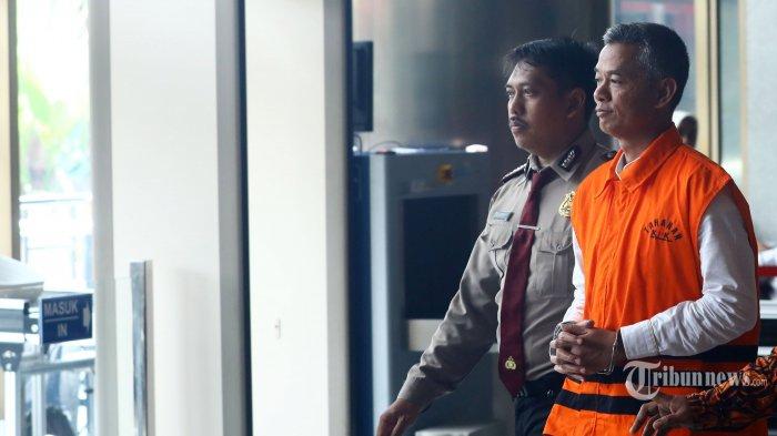 Komisioner KPU Wahyu Setiawan usai menjalani pemeriksaan yang selanjutnya akan menjalani sidang pelanggaran kode etik oleh DKPP di gedung KPK, Jakarta, Rabu (15/1/2020). Dewan Kehormatan Penyelenggara Pemilu (DKPP) menggelar sidang dugaan pelanggaran kode etik terhadap Komisioner KPU Wahyu Setiawan di Rumah tahanan KPK setelah tersangkut kasus penerimaan suap terkait penetapan pergantian antar waktu anggota DPR RI. TRIBUNNEWS/IRWAN RISMAWAN