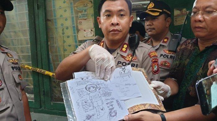 Wakapolres Metro Jakarta Pusat AKBP Susatyo Purnomo memperlihatkan buku catatan pelaku pembunuhan bocah 6 tahun di Jakarta Pusat, Jumat (6/3/2020).