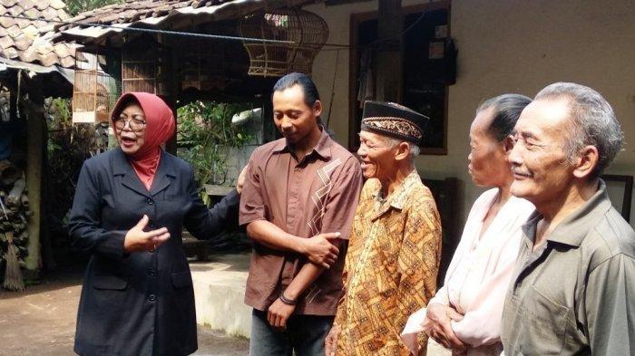 Wakil Bupati Sleman, Sri Muslimatun, memberi apresiasi kepada Darwanto (37) dan Sudiro (71), warga yang telah membantu mengevakuasi korban susur Sungai Sempor, Jumat (21/2/2020) lalu.