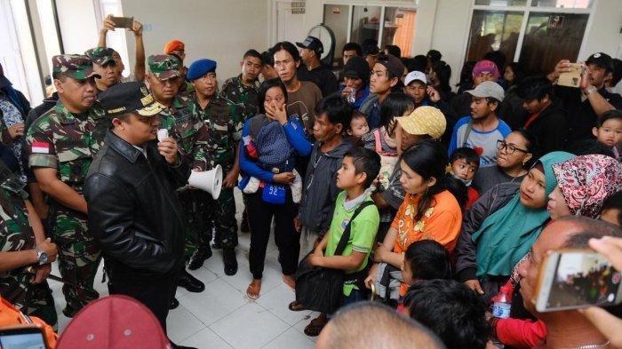 Wakil Gubernur Sulsel Andi Sudirman Sulaiman akhirnya bisa menemui warga Sulsel di tempat pengungsian di Distrik Wamena, Jayawijaya, Papua, Senin (30/9/2019).