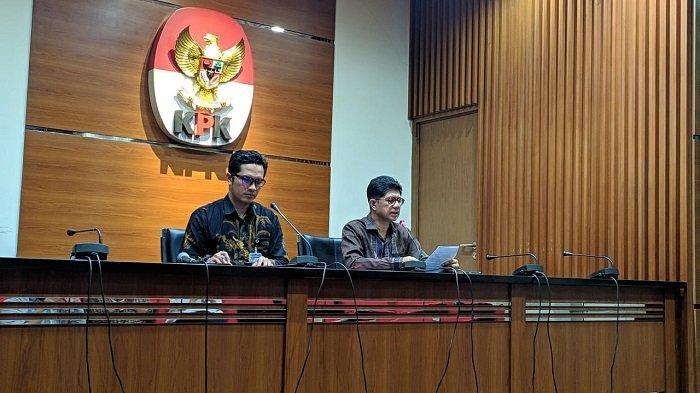 Wakil Ketua KPK Laode M Syarif (kanan) dan Juru Bicara KPK Febri Diansyah (kiri) mengumumkan penetapan mantan Bupati Cirebon Sunjaya Purwadisastra sebagai tersangka tindak pidana pencucian uang (TPPU), Jumat (4/10/2019).