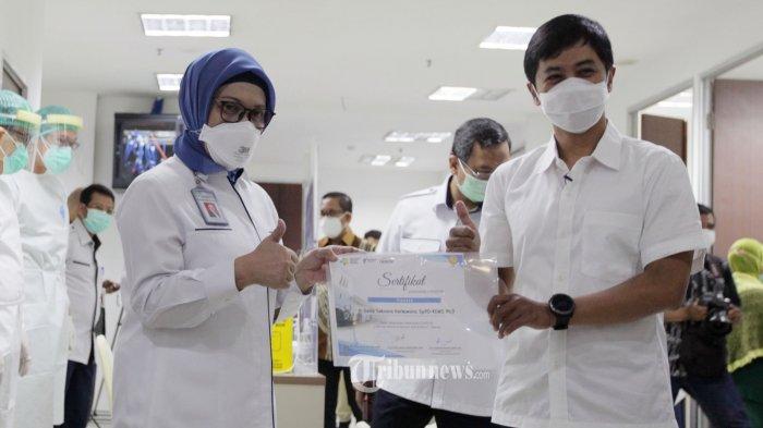 Wakil Menteri Kesehatan RI Dante Saksono Harbuwono saat menerima sertifikat vaksin dari Direktur Utama RSCM Lies Dina Liastuti mengatakan usai disuntik vaksin COVID-19 produksi Sinovac (CoronaVac) oleh vaksinator dokter di RSCM Jakarta Pusat, Kamis (14/1/2021). Wakil Menteri Kesehatan RI Dante Saksono Harbuwono seusai disuntikan vaksin berharap tidak ada gejala Kejadian Ikutan Pasca Imunisasi (KIPI) yang dialaminya. Ini karena vaksin COVID-19 buatan Sinovac sudah melalui serangkaian uji klinik. Tribunnews/Jeprima