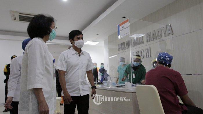 Wakil Menteri Kesehatan RI Dante Saksono Harbuwono usai mendaftar untuk disuntik vaksin COVID-19 produksi Sinovac (CoronaVac) oleh vaksinator di RSCM Jakarta Pusat, Kamis (14/1/2021). Wakil Menteri Kesehatan RI Dante Saksono Harbuwono seusai disuntikan vaksin berharap tidak ada gejala Kejadian Ikutan Pasca Imunisasi (KIPI) yang dialaminya. Ini karena vaksin COVID-19 buatan Sinovac sudah melalui serangkaian uji klinik. Tribunnews/Jeprima