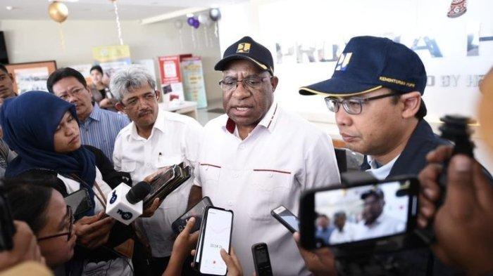 Wakil Menteri PUPR John Wempi Wetipo didampingi Kepala Biro Komunikasi Publik Endra S Atmawidjaja memberikan keterangan pers usai menjengku korabn luka panah di RS Provita, Jayapura, Minggu (27/10/2019).