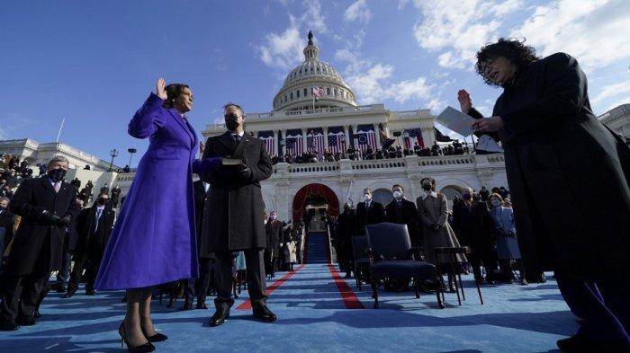 Kamala Harris (kiri didampingi suaminya, Doug Emhoff, dilantik oleh Hakim Sonia Sotomayor (kanan)  sebagai Wakil Presiden AS ke-49 oleh Hakim Agung Sonia Sotomayor pada Januari 20, 2021, di US Capitol di Washington, DC.