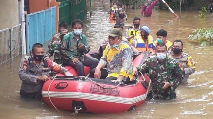 Wakil Wali Kota Tangsel Naik Perahu Karet Tinjau Banjir di Serpong, Kapolres Nyebur Bantu Dorong