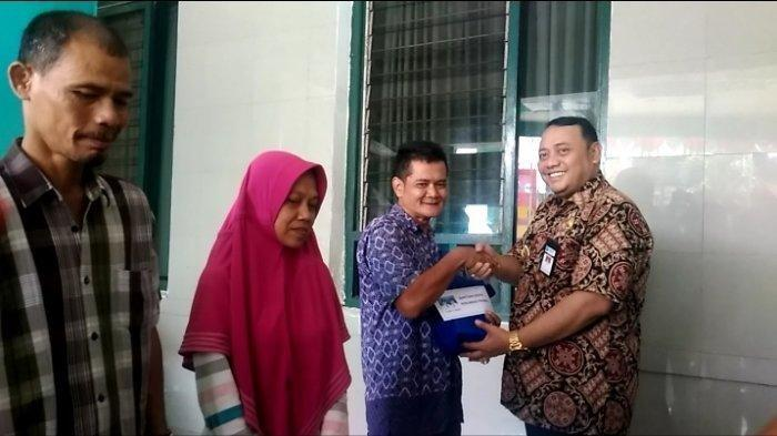 Wali Kota Tegal Dedy Yon Supriyono secara simbolis memberikan bantuan bagi penunggu pasien RSUD Kardinah Kota Tegal, Kamis (7/11/2019). TRIBUN JATENG/FAJAR BAHRUDDIN ACHMAD
