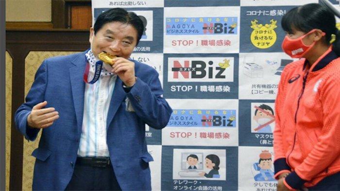 Walikota Nagoya Jepang Dikecam karena Lepas Masker dan Seenaknya ''Makan'' Medali Emas Olimpiade