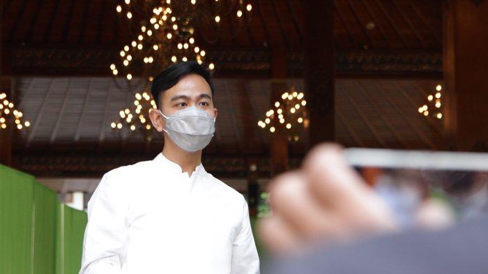 Walikota Surakarta, Gibran Rakabuming Raka menyapa jamaah shalat seusai melaksanakan shalat Idul Fitri 1442 H di Balaikota Surakarta, Kamis (13/5/2021) pagi. TRIBUNNEWS.COM/Muhammad Nursina