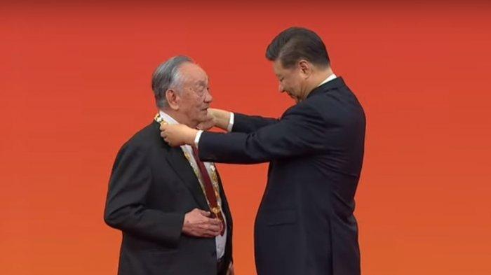 Wang Wenjiao sedang dihormati oleh Presiden Xi Jinping selama perayaan HUT ke-70.