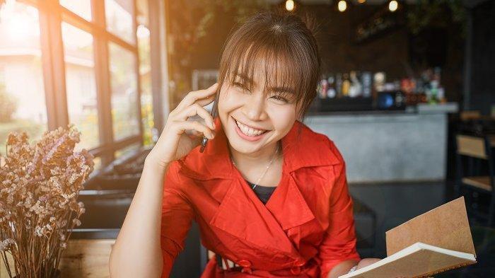 wanita bisnis bahagia
