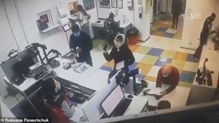 Tak Kunjung Dilayani di Kantor Pos, Wanita Sampai Nekat Lepas Celana Dalam untuk Dijadikan Masker