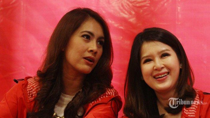Ketua Umum Partai Solidaritas Indonesia (PSI) Grace Natalie (kiri) bersama Ketua PSI Isyana Bagoes Oka mengadakan jumpa pers, di Jakarta, Selasa (11/10/2016).