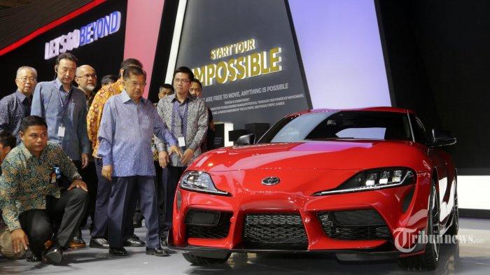 Wakil Presiden Jusuf Kalla melihat mobil sport Toyota Supra saat pembukaan Gaikindo Indonesia International Auto Show (GIIAS) ke-27 di ICE BSD, Tangerang, Banten, Kamis (18/9/2019). GIIAS 2019 yang akan berlangsung 18-28 Juli 2019 tersebut mengusung tema