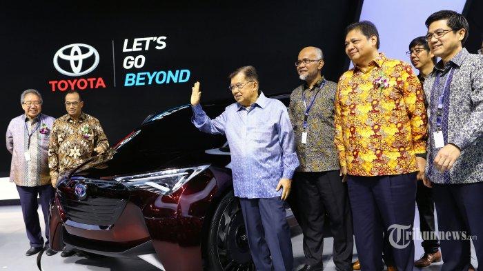 Wakil Presiden Jusuf Kalla melakukan peninjauan pameran mobil usai membuka Gaikindo Indonesia International Auto Show (GIIAS) ke-27 di ICE BSD, Tangerang, Banten, Kamis (18/9/2019). GIIAS 2019 yang akan berlangsung 18-28 Juli 2019 tersebut mengusung tema