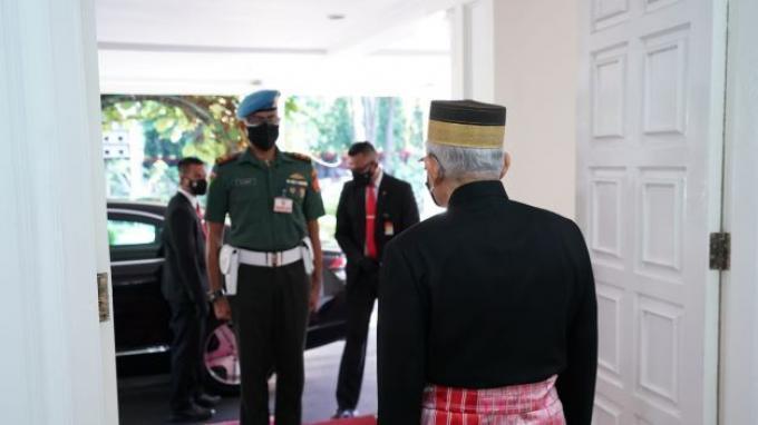Wakil Presiden (Wapres) K.H. Ma'ruf Amin pagi ini menghadiri Sidang Tahunan MPR dan Sidang Bersama DPR dan DPD Tahun 2021 di Ruang Rapat Paripurna, Gedung Nusantara MPR/DPR/DPD, Senin (16/08/2021). Turun dari mobilnya, Wapres tampak mengenakan pakaian adat Suku Mandar asal Sulawesi Barat. (BPMI Setwapres)